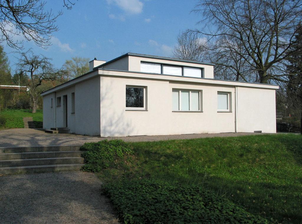 1200px-Haus_am_Horn,_Weimar_(Westansicht)